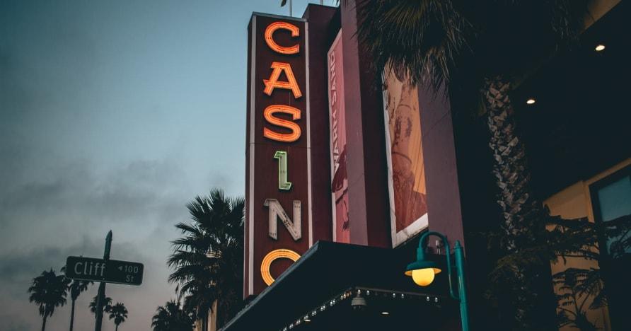 Tiešsaistes kazino vs. Sauszemes kazino - uzziniet ieguvumus